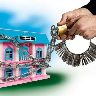 Κλειδαράδες που κλείνουν σπίτια